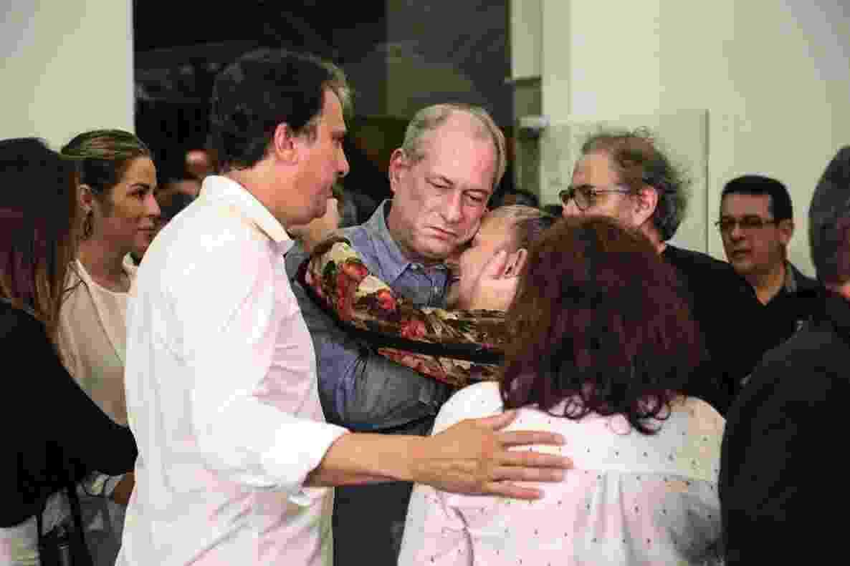 Ciro Gomes cumprimenta familiares de Belchior no velório do cantor - Marília Camelo/UOL