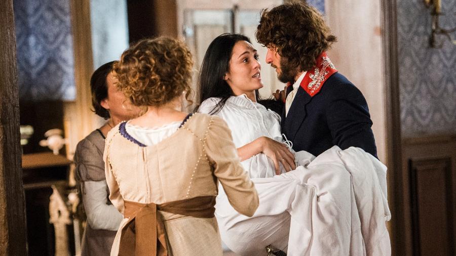 """Joaquim (Chay Suede) ajuda Anna (Isabelle Drummond), que está prestes a dar à luz em """"Novo Mundo"""" - João Miguel Júnior/TV Globo"""