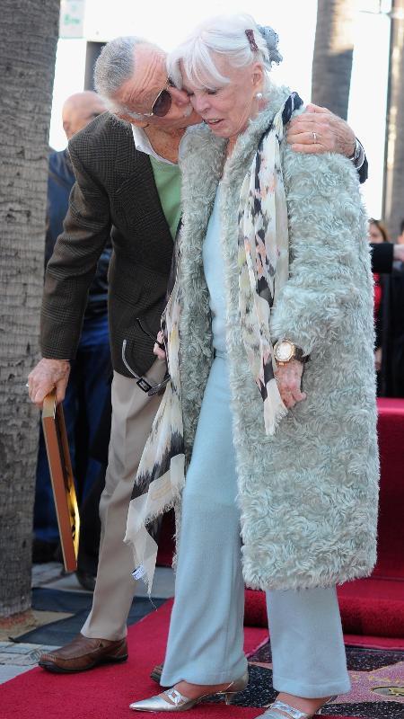 Stan Lee beija sua mulher, Joan Lee, durante cerimônia em que ganhou uma estrela na Calçada da Fama de Hollywood - Alberto E. Rodriguez/Getty Images