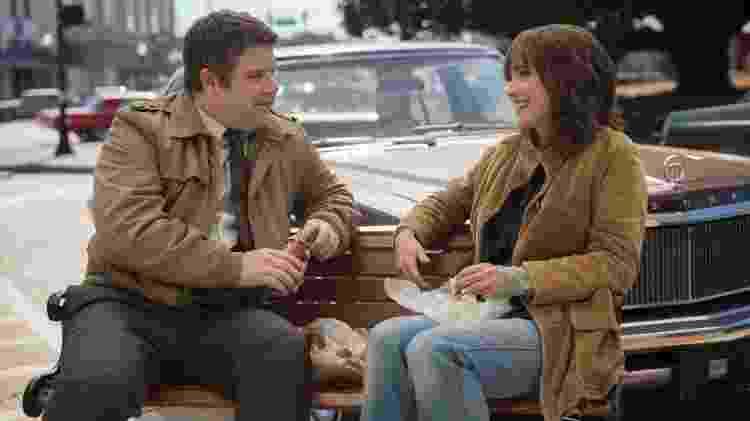 Bob (Sean Astin) e Joyce (Winona Ryder) na segunda temporada de Stranger Things - Divulgação/Netflix