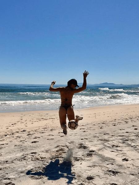 Juliana Paes brinca na praia - Reprodução/Instagram/julianapaes