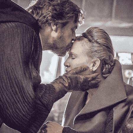 Mark Hamill dá beijo na testa de Carrie Fisher - Reprodução/Twitter