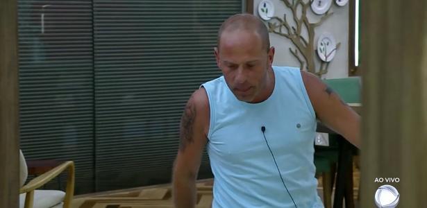 """Rafael Ilha comemora a volta de Léo Stronda da sétima roça de """"A Fazenda 10"""""""