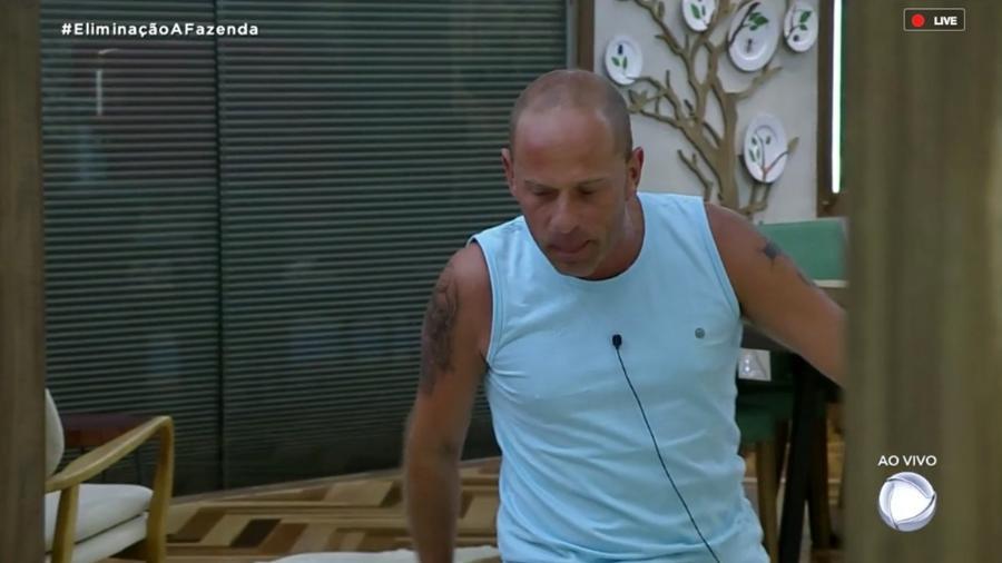 """Rafael Ilha comemora a volta de Léo Stronda da sétima roça de """"A Fazenda 10"""" - Reprodução/RecordTV"""