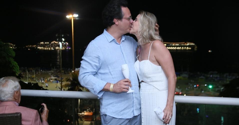 Danton Mello e a mulher, Sheila Ramos, completaram três anos juntos e não se desgrudaram durante a festa de Réveillon, em um hotel na Praia de Copacabana, no Rio, com direito a muitos beijos apaixonados