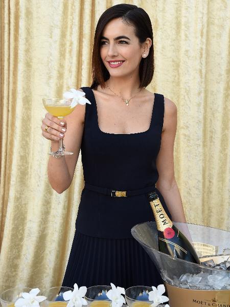 Camilla Belle mostra o drink que desenvolveu para ser servido no Globo de Ouro 2019 com cachaça e champanhe - Getty Images