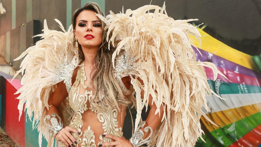 Renatta Teruel, musa da Unidos de Padre Miguel, posa na Escadaria das Bailarinas, na zona oeste de São Paulo - Iwi Onodera/UOL