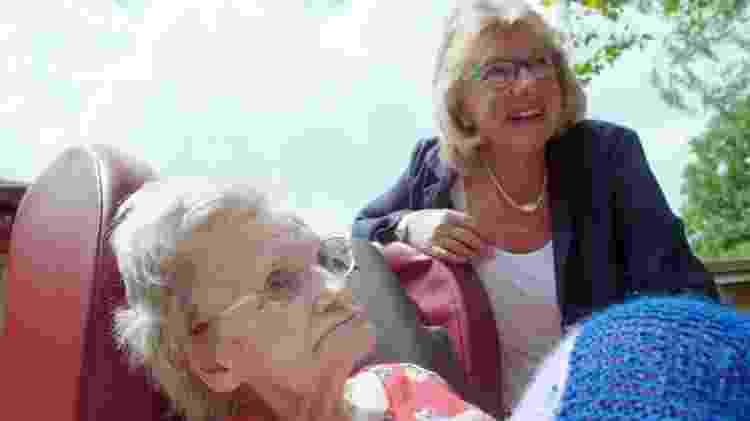 Viv diz que visitou mais de uma dúzia de lares para idosos até achar um que considerasse adequado para a mãe, Audrey, de 90 anos - BBC