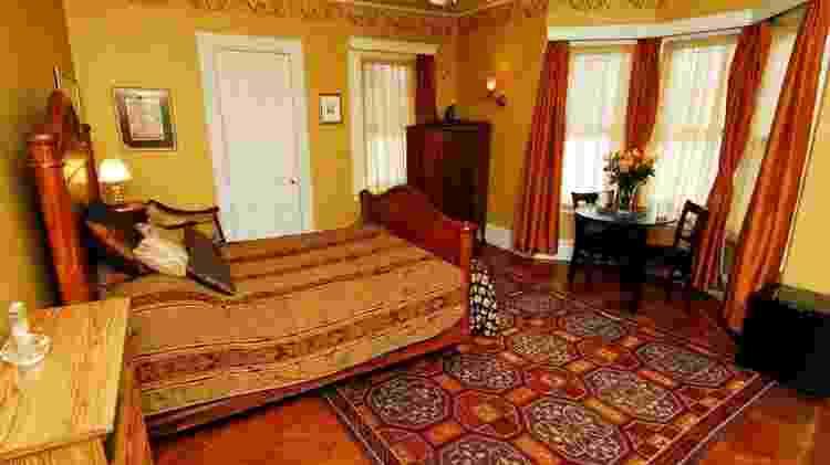 """Outros filmes usaram o quarto, como """"O Solteirão"""", com Michael Douglas e Danny DeVito - Divulgação/Airbnb"""