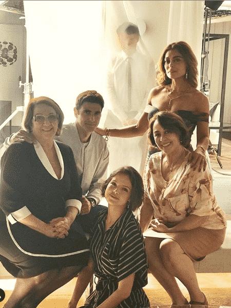 """Jardel """"aparece"""" em foto de Ellen (Rosane Gofman), Régis (Reynaldo Gianecchini), Josiane, Maria da Paz (Juliana Paes) e Evelina (Nivea Maria). - Reprodução/Instagram"""