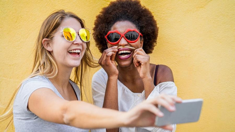 O hábito de se aproximar para tirar selfie pode ajudar a disseminar piolhos entre crianças e adolescentes - Getty Images/iStockphoto