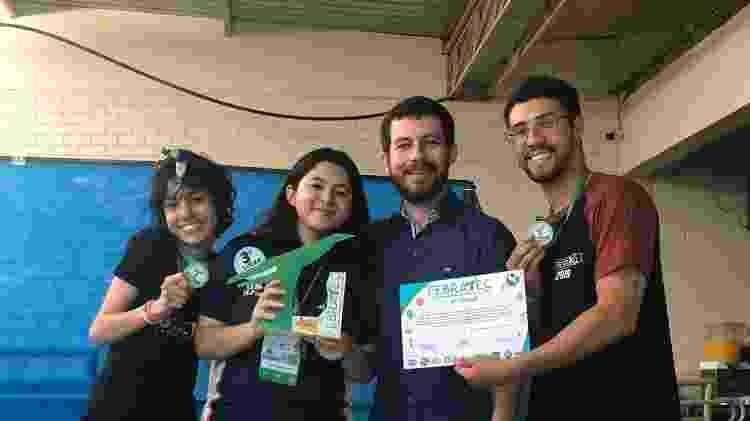 Os estudantes ao lado do professor Alex Aragão (de azul) durante a premiação da Feira Brasiliense de Tecnologia e Ciências (Febratec) - Reprodução/Clube de Ciências Marie Curie - Reprodução/Clube de Ciências Marie Curie