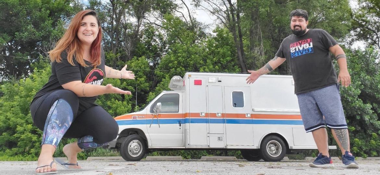 Aline Rezener e Hélio Augusto compraram ambulância em leilão virtual e repaginaram o veículo - Arquivo Pessoal