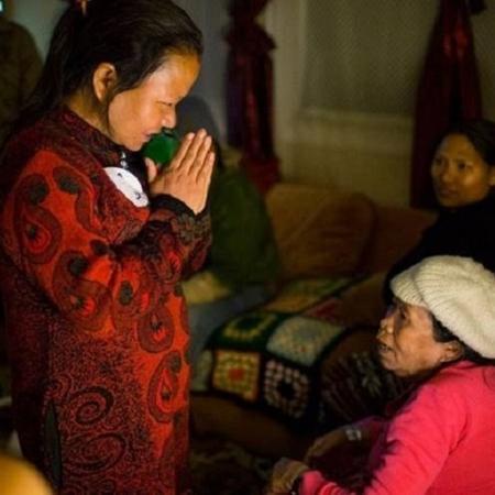 O namastê e outras saudações culturais que não exigem contato físico podem ser alternativas seguras aos apertos de mão durante a pandemia de coronavírus - Robert Nickelsberg/Getty Images