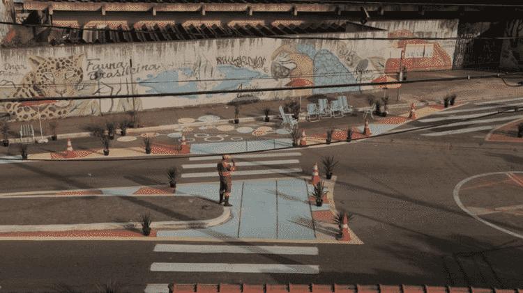 Reforma diante de escola em Itaquera, leste de SP, em 2019, diminuiu a velocidade média dos carros que passam por ali e aumentou a quantidade de pedestres que atravessam com segurança... - NACTO-GDCI - NACTO-GDCI