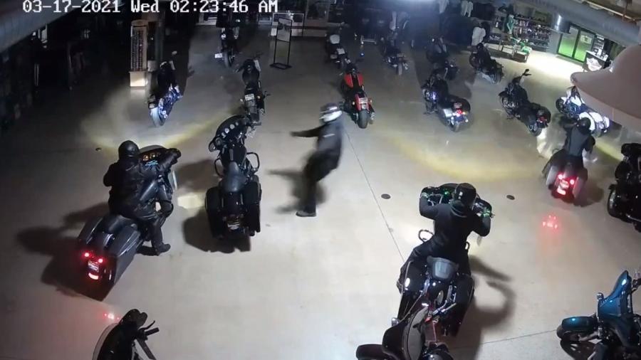 Quadrilha rouba motos em concessionária - Reprodução
