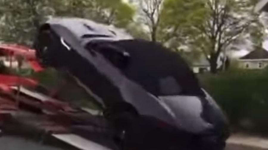 Jaguar F-Type cai de guincho - Reprodução