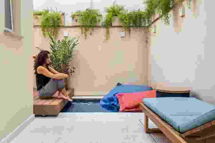 Joana Fortes na área externa do apartamento - @luizaschreier.archphoto - @luizaschreier.archphoto