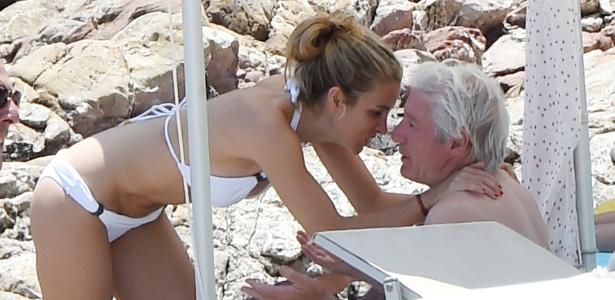Richard Gere curte praia com a namorada, Alejandra Silva, na Itália