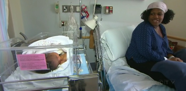 Mãe aproveita momento de descanso com bebê recém-nascido em hospital de Montreal - Reprodução/CTV News