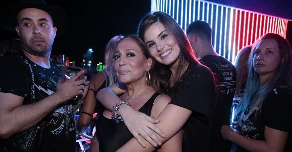 26.set.2015 - Camila Queiroz dá abraço em Susana Vieira em camarote no Rock in Rio