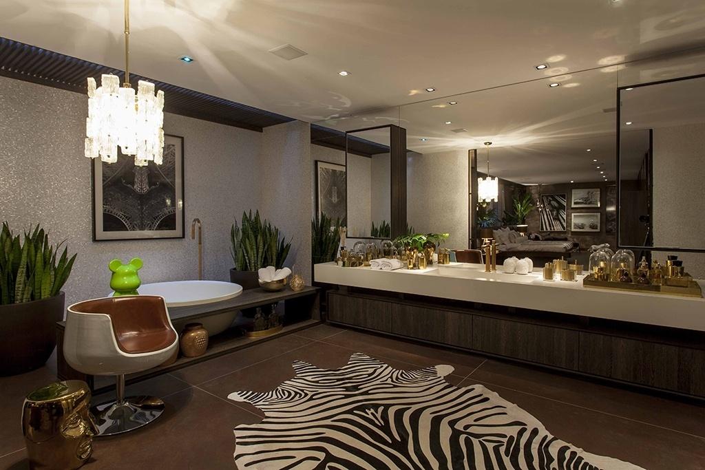 Marrons - A arquiteta Brunete Fracaroli se inspirou no chocolate para criar esse ambiente luxuoso e acolhedor apresentado na edição 2014 da Casa Cor SP. A sala de banho tem revestimento de madrepérola (ColorMix), louças e metais dourados (Deca) e banheira redonda (Vallvé)