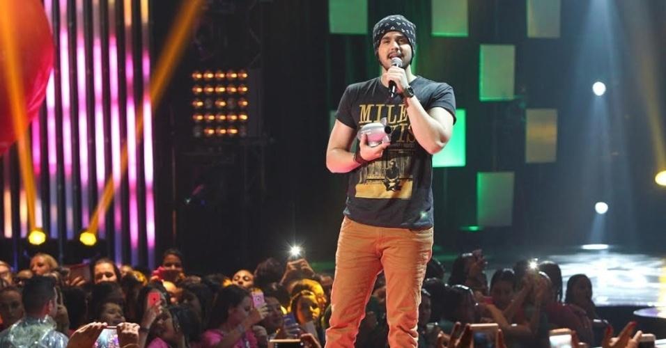 """15.out.2015 - Luan Santana recebe homenagem no palco do Meus Prêmios Nick 2015 por doar parte do lucro da venda de seus CDs para instituições de caridade. """"Acho que não faço mais que minha obrigação"""", agradeceu o cantor"""