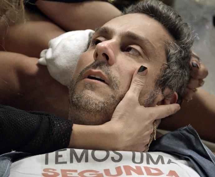 16.nov.2015 - Romero acorda de desmaio, ouve declaração de Atena, mas diz que é apaixonado e pretende se casar com Toia em