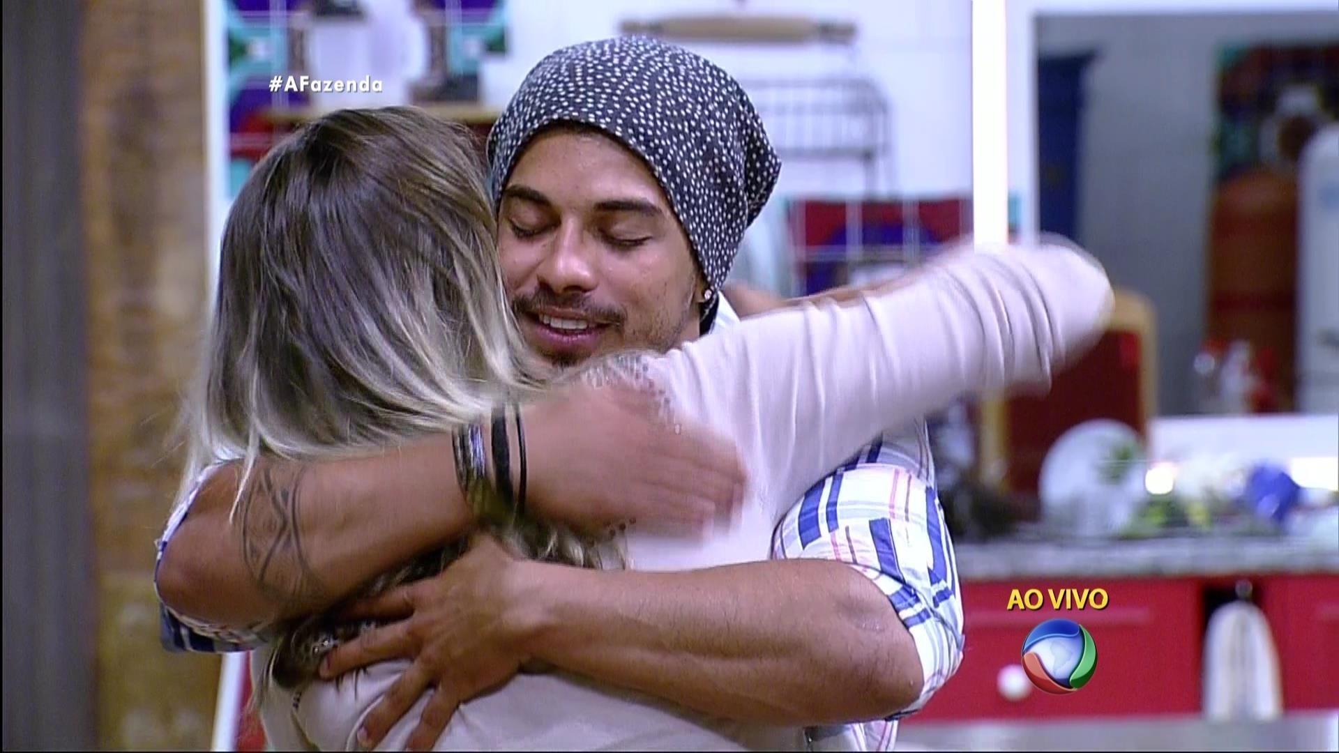 5.dez.2015 - Douglas parabenizou a ex-panicat Ana Paula Minerato após eliminação de Rayanne em