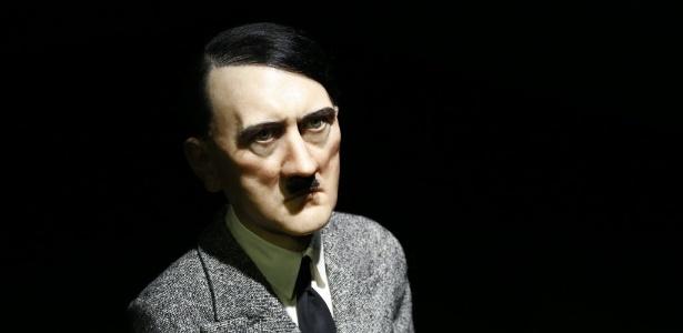 Estátua de cera e resina de Adolf Hitler, do artista Maurizio Cattelan - AFP