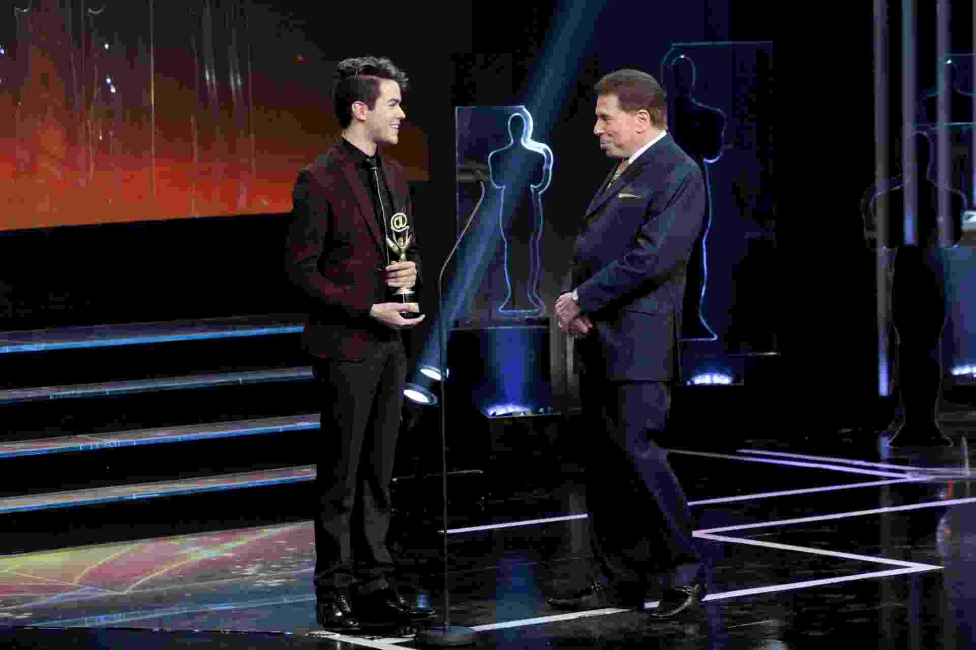 """Vencedor do """"The Voice"""" em 2014, cantor Sam Alves recebe Troféu Internet de revelação conquistado em 2015 - Divulgação/SBT"""