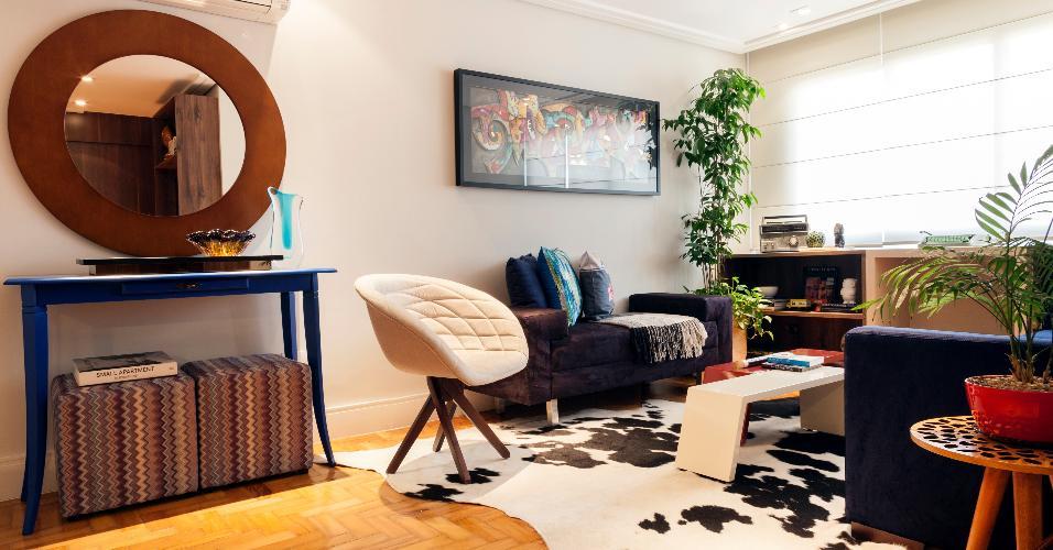 Sobre os tacos de peroba, o arquiteto Marcos Biarari e o designer Marcio Rodrigues posicionaram um belo tapete de couro de vaca, que dá mais aconchego ao ambiente. A reforma que recuperou o piso também instalou forro de gesso, a fim de instalar o ar-condicionado e o cortineiro