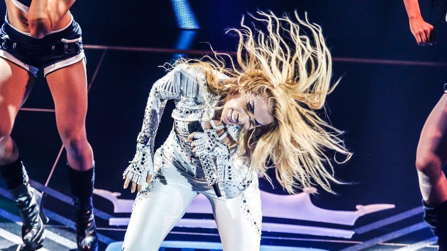 10.nov.2016 - Acompanhada de suas dançarinas, Joelma bate cabelo durante gravação do primeiro DVD de sua carreira solo, que aconteceu em uma casa de shows na zona sul de São Paulo - Lucas Lima/UOL