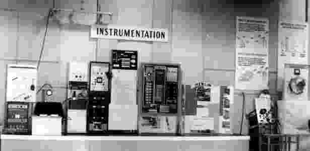 Está vendo a máquina à esquerda, com uma telinha e controles do lado? - Reprodução