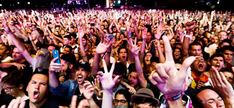"""O público no show do Criolo gritou em conjunto """"Fora Temer"""" em protesto contra o presidente - Alexandre Schneider/UOL"""