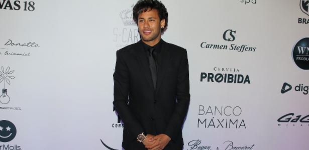 Com penteado novo, Neymar comparece ao leilão do Instituto Neymar