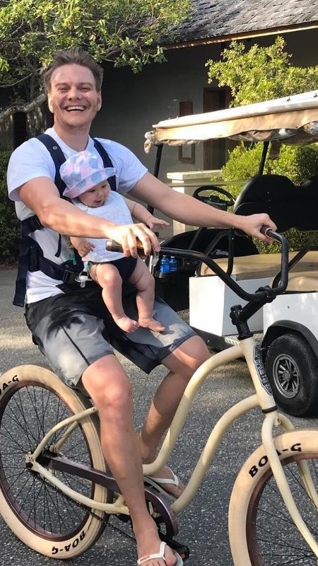 Michel Teló passeia de bicicleta com a filha, Melinda - Reprodução/Instagram