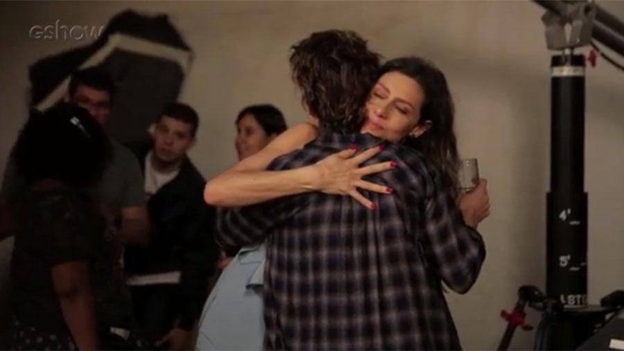 """Nos bastidores de """"A Força do Querer"""", Carol Duarte e Maria Fernanda Cândido se abraçam - Reprodução/Gshow"""