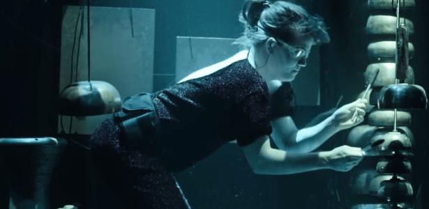 Integrante da banda AquaSonic, que se apresenta totalmente submersa