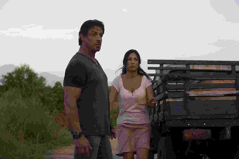 """Sylvester Stallone e Giselle Itié em cena em """"Os Mercenários"""" (2010) - Divulgação"""