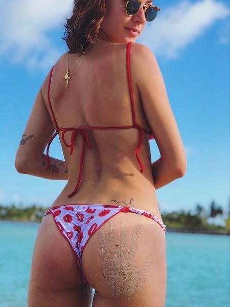 Renato Goes publica foto da namorada, Thaila Ayala, com o bumbum sujo de areia - Reprodução/Instagram/renatogoess
