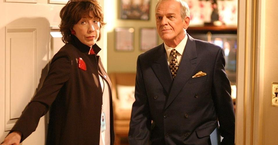 "Lily Tomlin e John Spencer em ""West Wing: Nos Bastidores do Poder"""