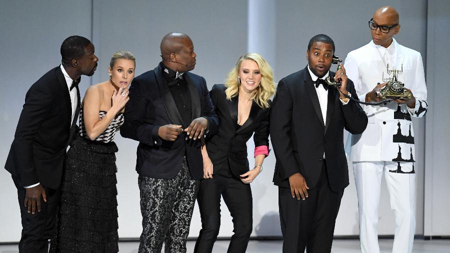 Sterling K. Brown, Kristen Bell, Tituss Burgess, Kate McKinnon, Kenan Thompson e RuPaul no musical de abertura do 70º Emmy - Kevin Winter/Getty Images