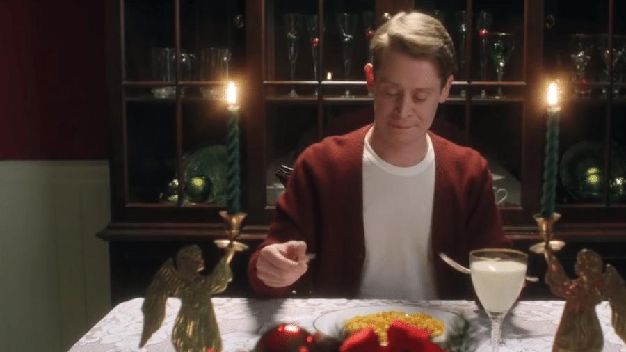 """Macaulay Culkin no comercial em que refaz cenas de """"Esqueceram de Mim"""" - Reprodução/YouTube"""