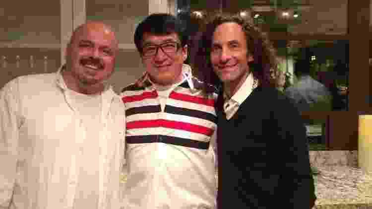 Walter Afanasieff posa com o ator Jackie Chan e o saxofonista Kenny G - Reprodução/Facebook - Reprodução/Facebook