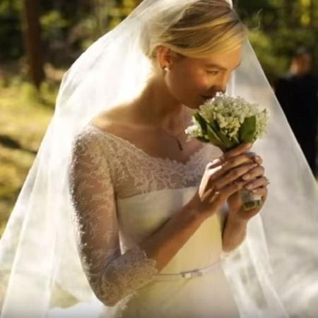Karlie Kloss em seu casamento, em outubro passado - Reprodução/YouTube