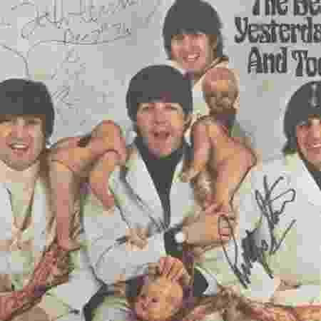 """Fotos do álbum """"Yesterday and Today"""" autografado - The Beatles Story/Reprodução - The Beatles Story/Reprodução"""