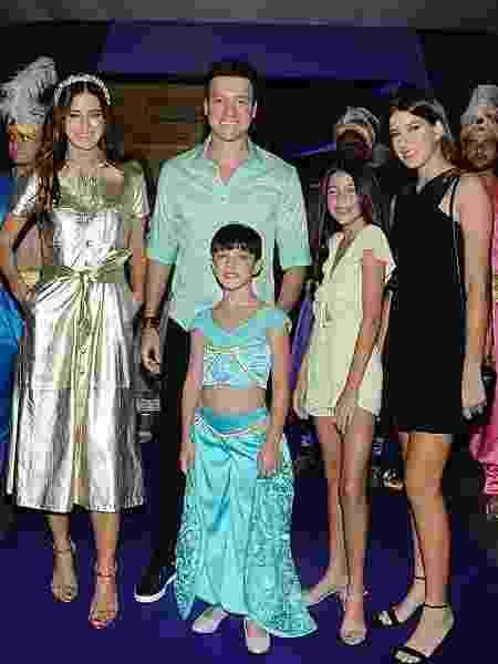 No clique, Rodrigo aparece em família - Eduardo Martins / AGNEWS