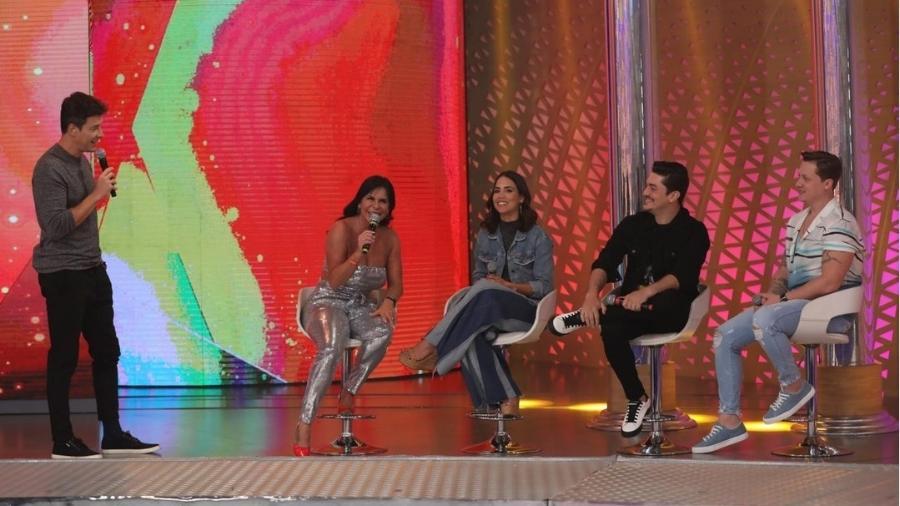 Gretchen ri das meias azuis de Rodrigo Faro no palco do programa  - Reprodução/Instagram