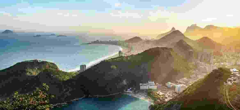 Vista aérea do Rio de Janeiro Coast com a praia de Copacabana e a Praia Vermelha ao pôr do sol - iStockphotos